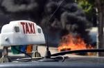un-pneu-en-feu-lors-de-la-manifestation-de-taxis-le-25-juin-2015-a-marseille_5365753.jpg
